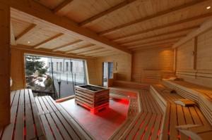 Modernimpi sauna johon mahtuu kymmeniä ihmisiä Aqua Dome -kylpylässä.